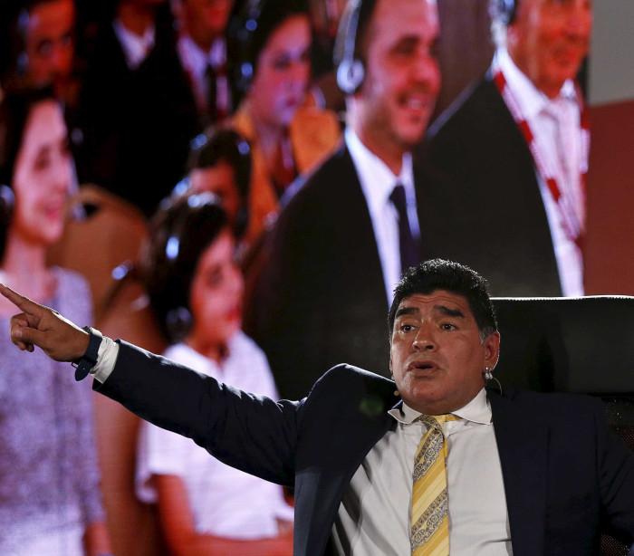 Maradona chama Blatter e Platini de 'ladrões'