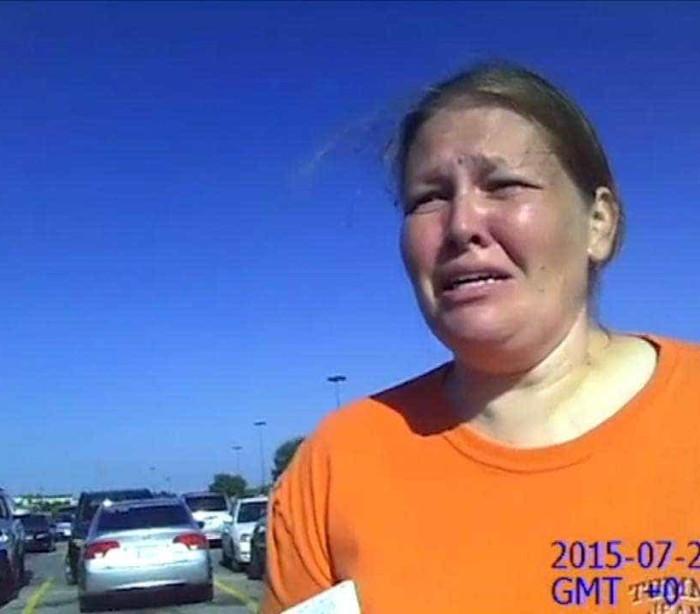Mãe aprende lição após deixar filha sozinha no carro