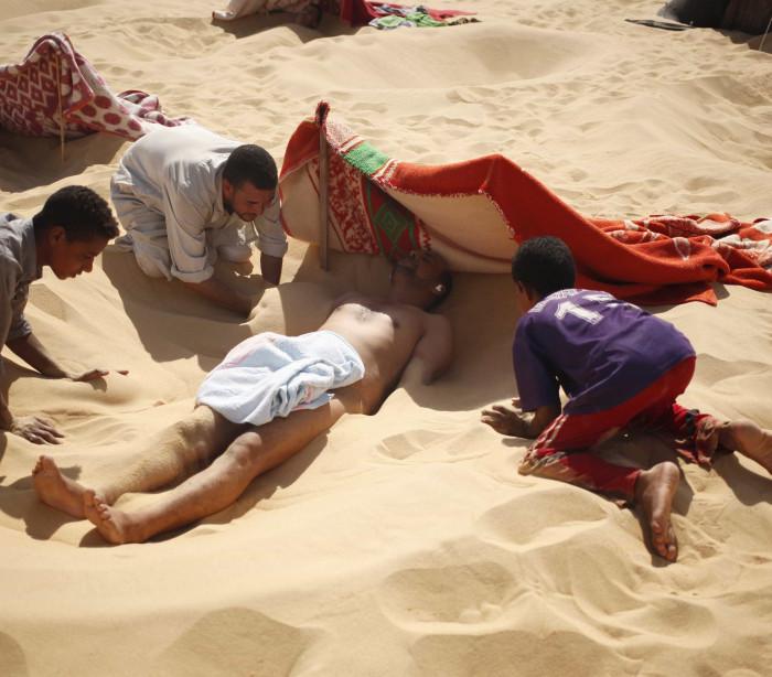 Sofre de reumatismo? Um banho de areia no deserto pode ajudar