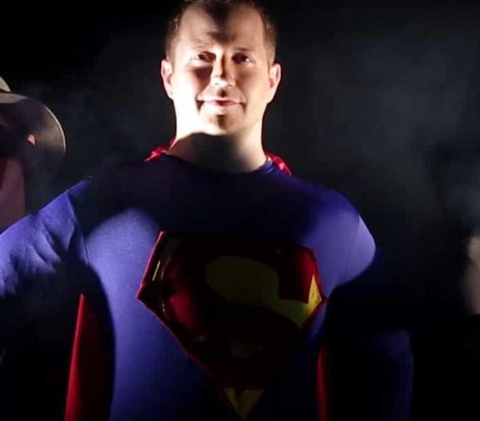 Homens transformam-se nos seus super-heróis preferidos