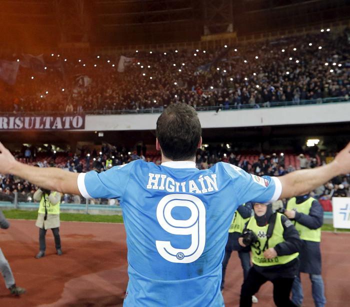 Higuain faz dois e Napoli dispara