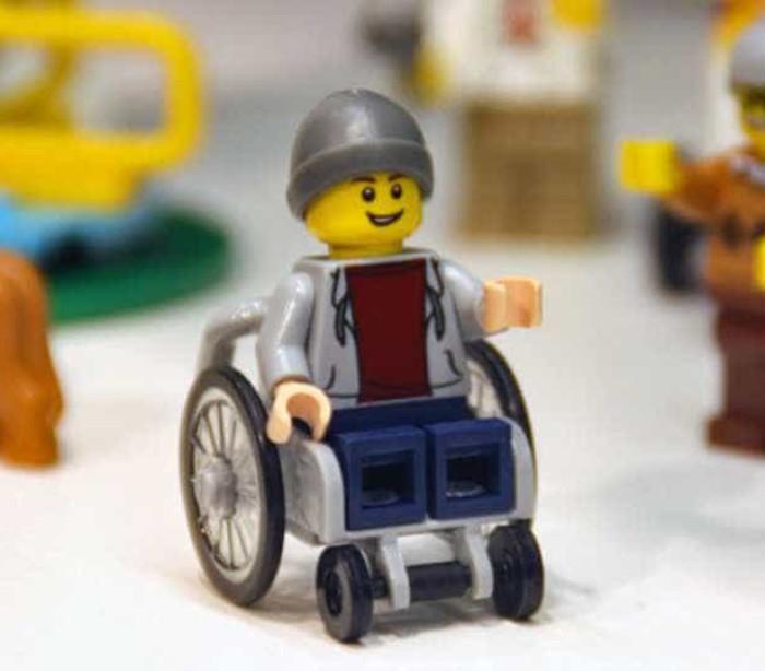 Lego lança primeiro boneco com cadeira de rodas