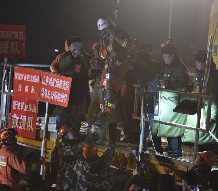 Homem é resgatado após ficar 36 dias em mina subterrânea na China
