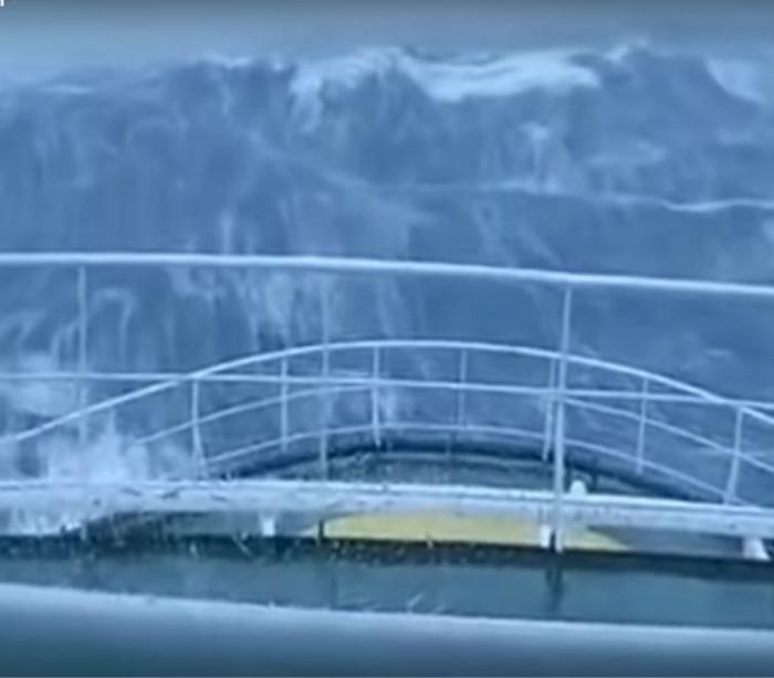 Onda gigante surpreende tripulantes de navio