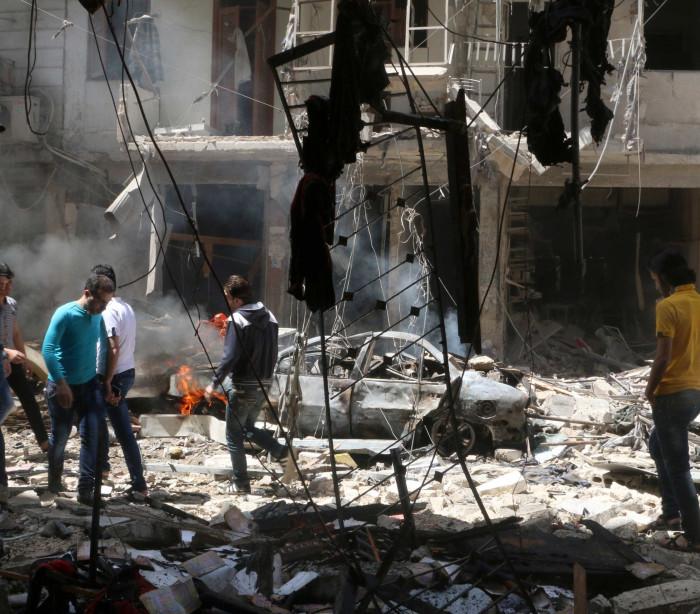 Bebé resgatado com vida dos escombros em Aleppo