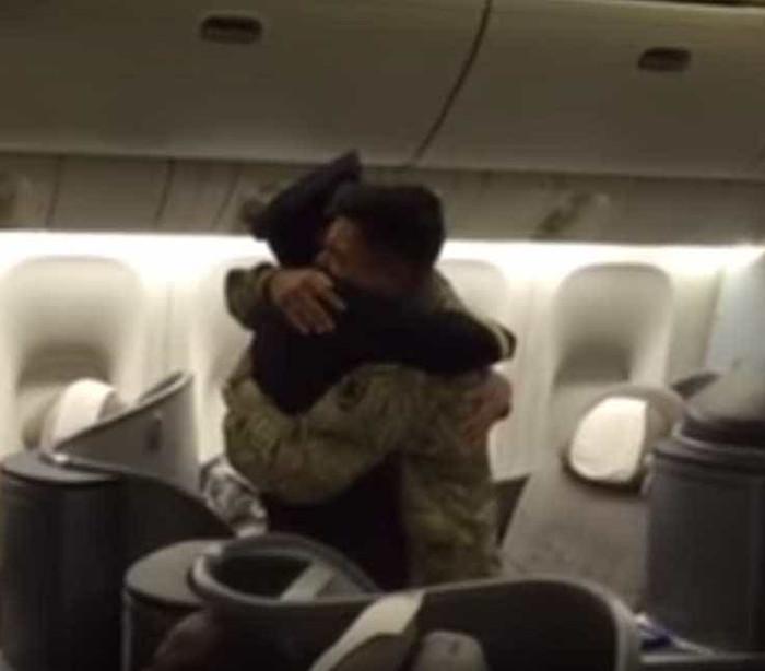 """""""O que faz no meu avião?"""" O reencontro emotivo entre pai e filho"""