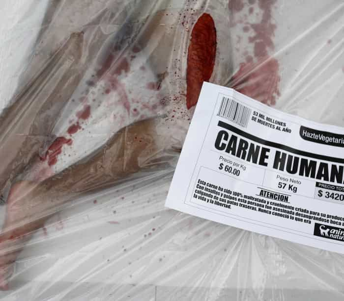 """Ativistas transformam-se em """"carne humana"""" em defesa dos animais"""