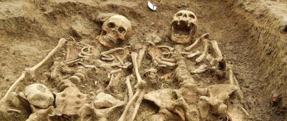 Encontrados esqueletos de mãos dadas