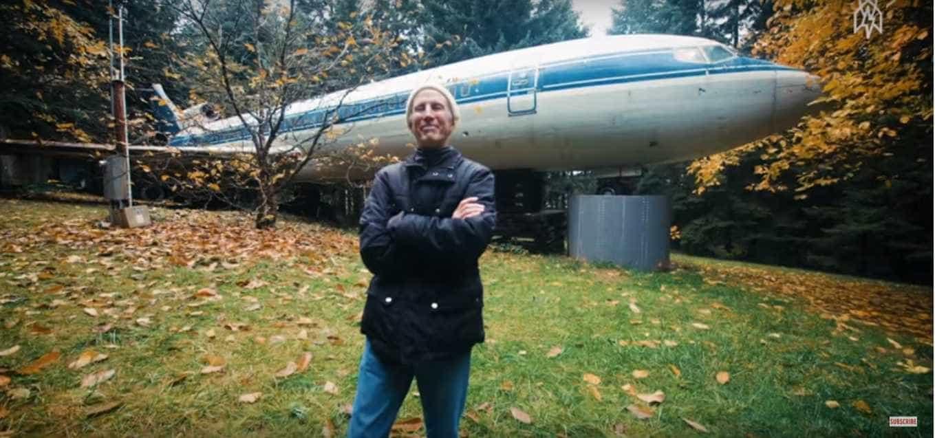 Conheça Bruce, o homem que vive num avião abandonado