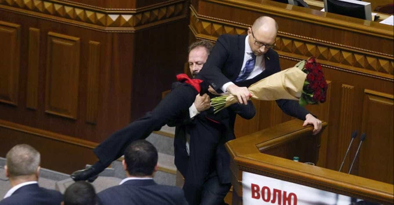 Rosas e murros no Parlamento ucraniano