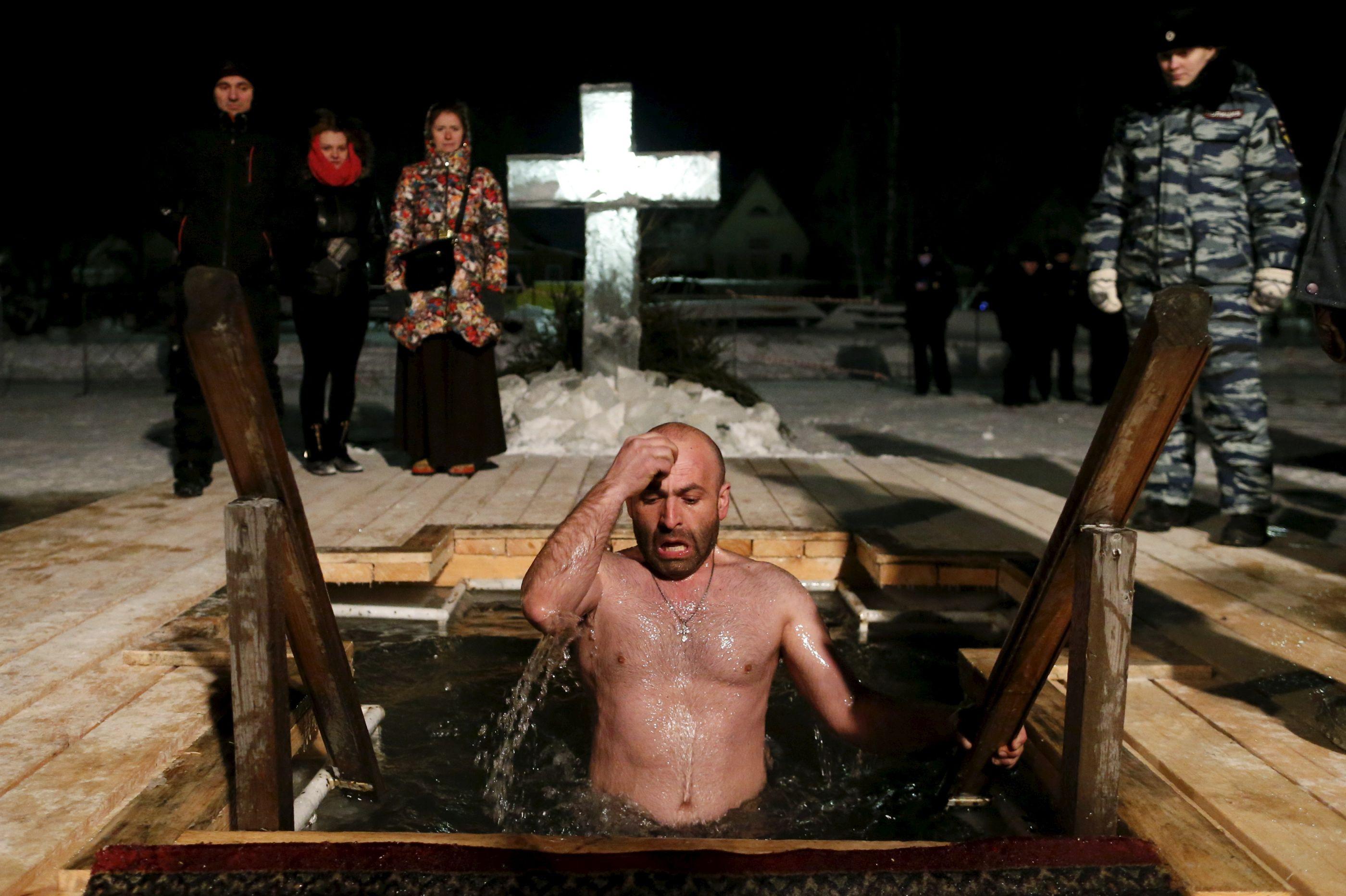 Cristãos ortodoxos banham-se em águas geladas. Mas porquê?