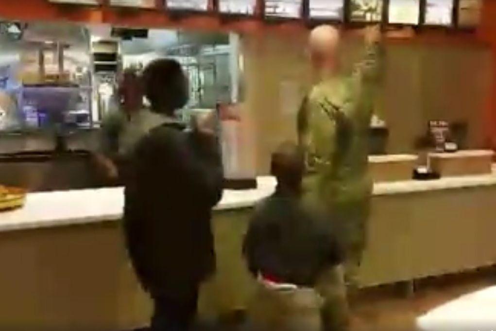 Pediram-lhe que comprasse bolos para ajudar mas soldado fez algo melhor