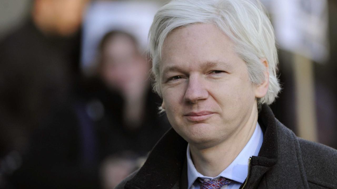 Julian Assange renunciou ao asilo atribuído pelo Equador