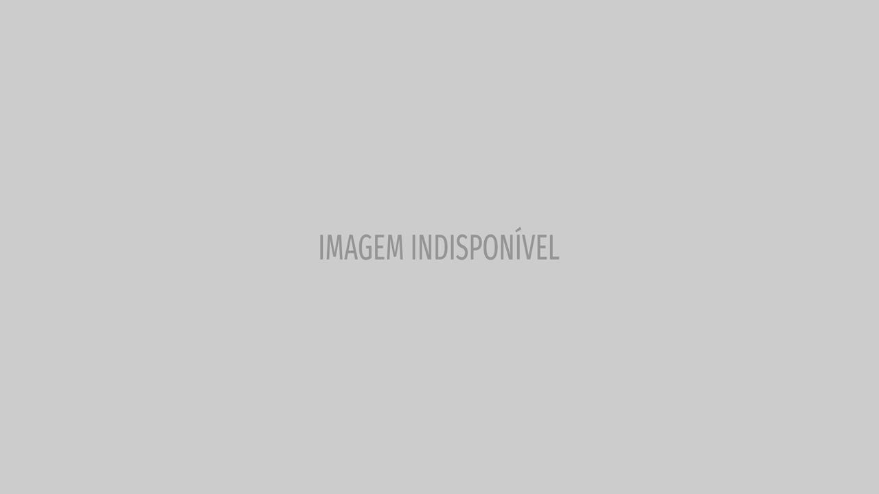 Miley Cyrus posa com seios à mostra e fala do amor... sem géneros
