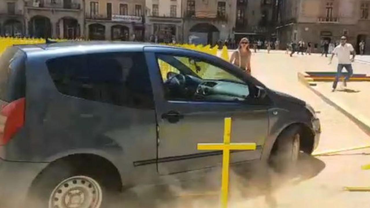 Carro entra em praça de Barcelona a alta velocidade. Eis as imagens