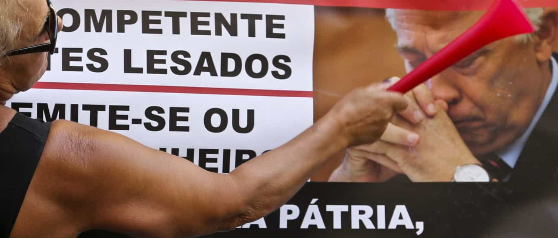 """Emigrantes lesados do BES protestam em Paris contra """"crime"""" e """"vergonha"""""""