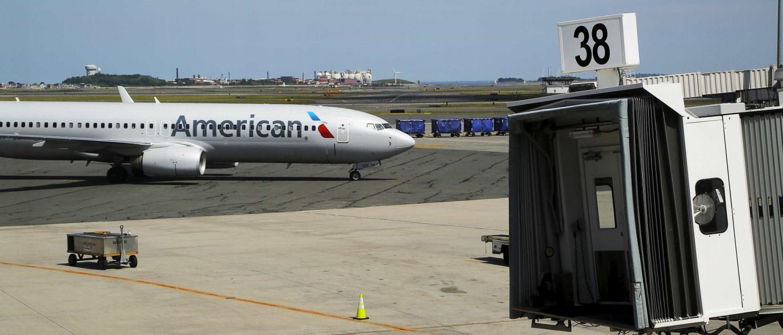 American Airlines suspende assistente de bordo após agressão a passageira