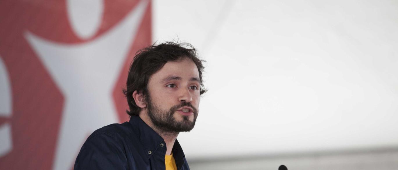 José Soeiro explica porque levou uma pedra da calçada para o Parlamento