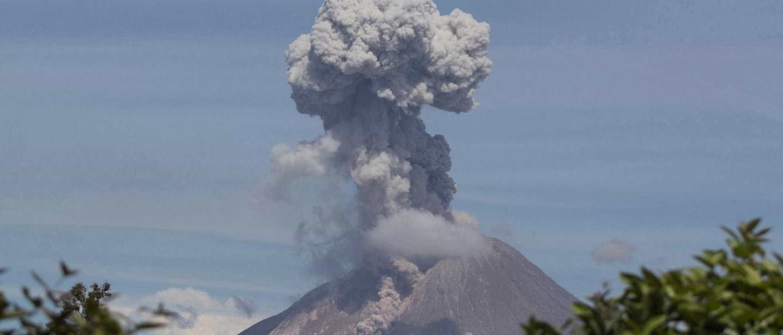 Vulcão Sinabung expele coluna de fumo e cinzas até três km de altura