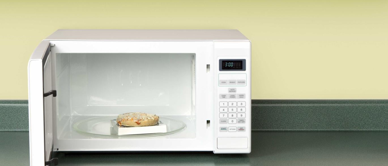 Eis porque não deve reaquecer a pizza no microondas