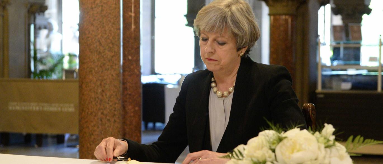 Theresa May anuncia colocação de exército em locais de potencial risco