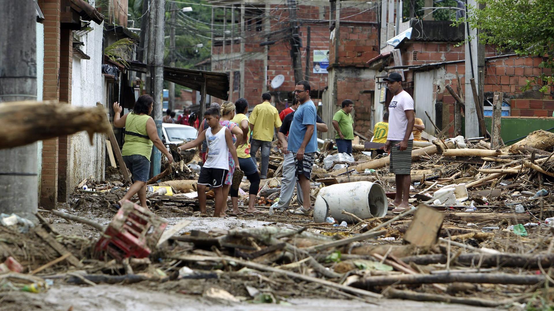 Temporal no Rio de Janeiro faz pelo menos três mortos e bairros alagados
