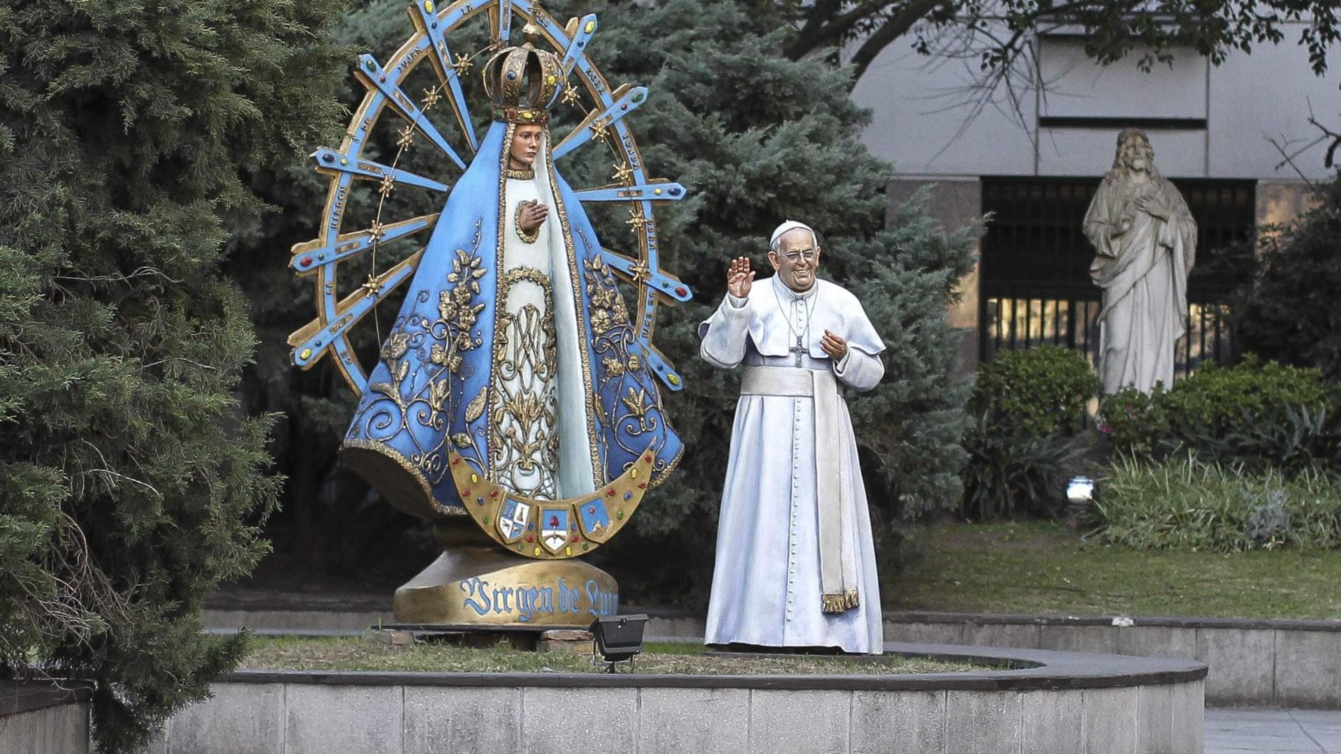 Papa Francisco com estátua em tamanho real