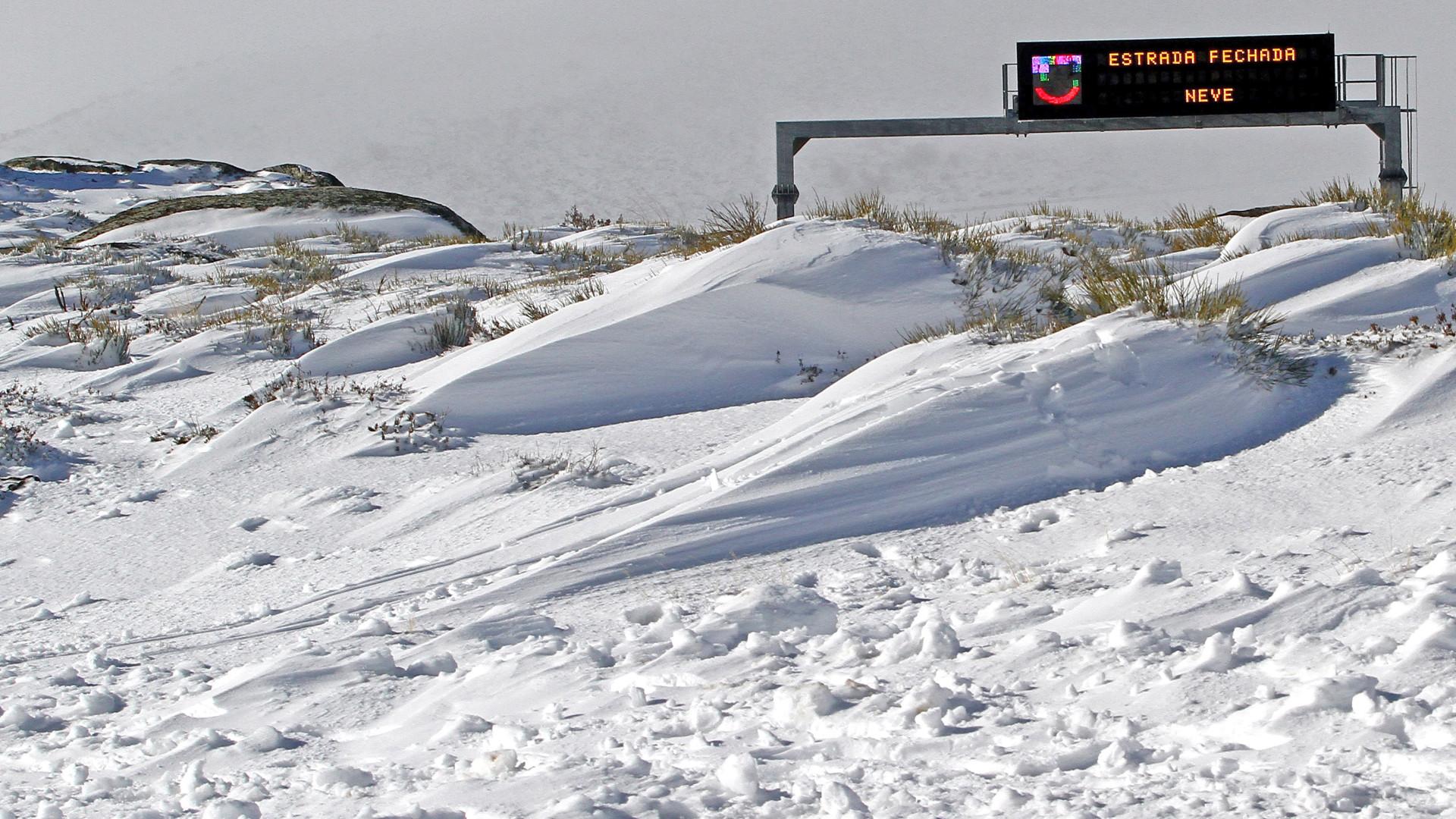 Acessos ao maciço central da Serra da Estrela cortados devido à neve