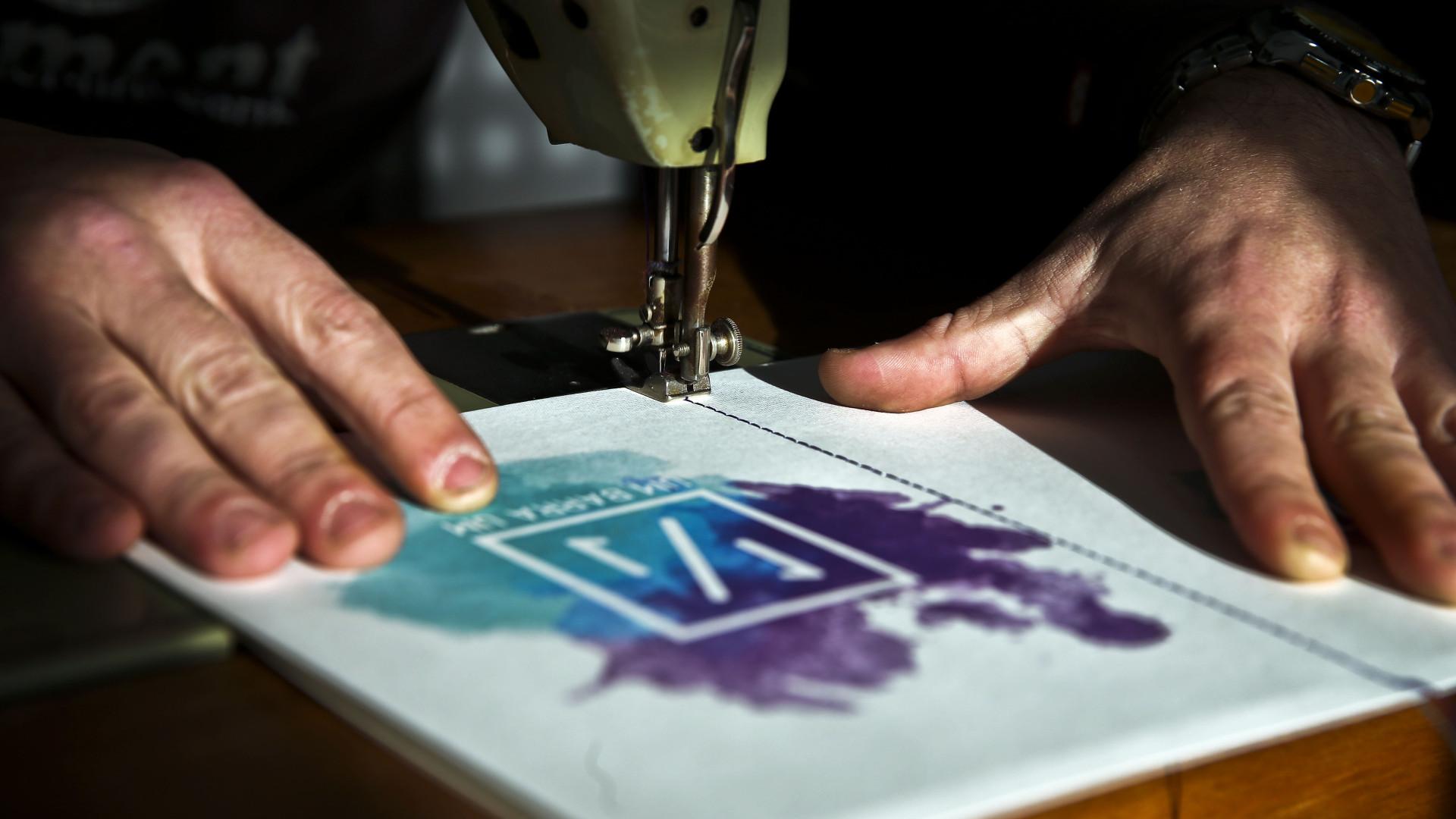 Cadernos feitos com máquina de costura portuguesa já chegam à Austrália e Brasil