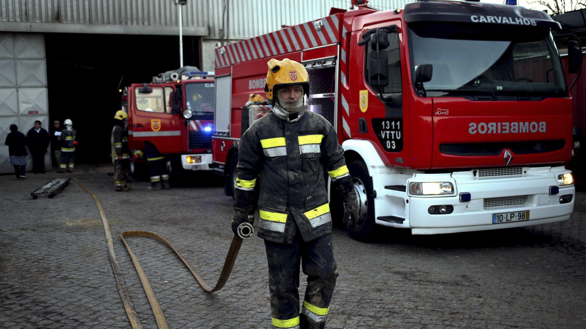 Incêndio em corticeira de Argoncilhe. Mais de 90 bombeiros no local