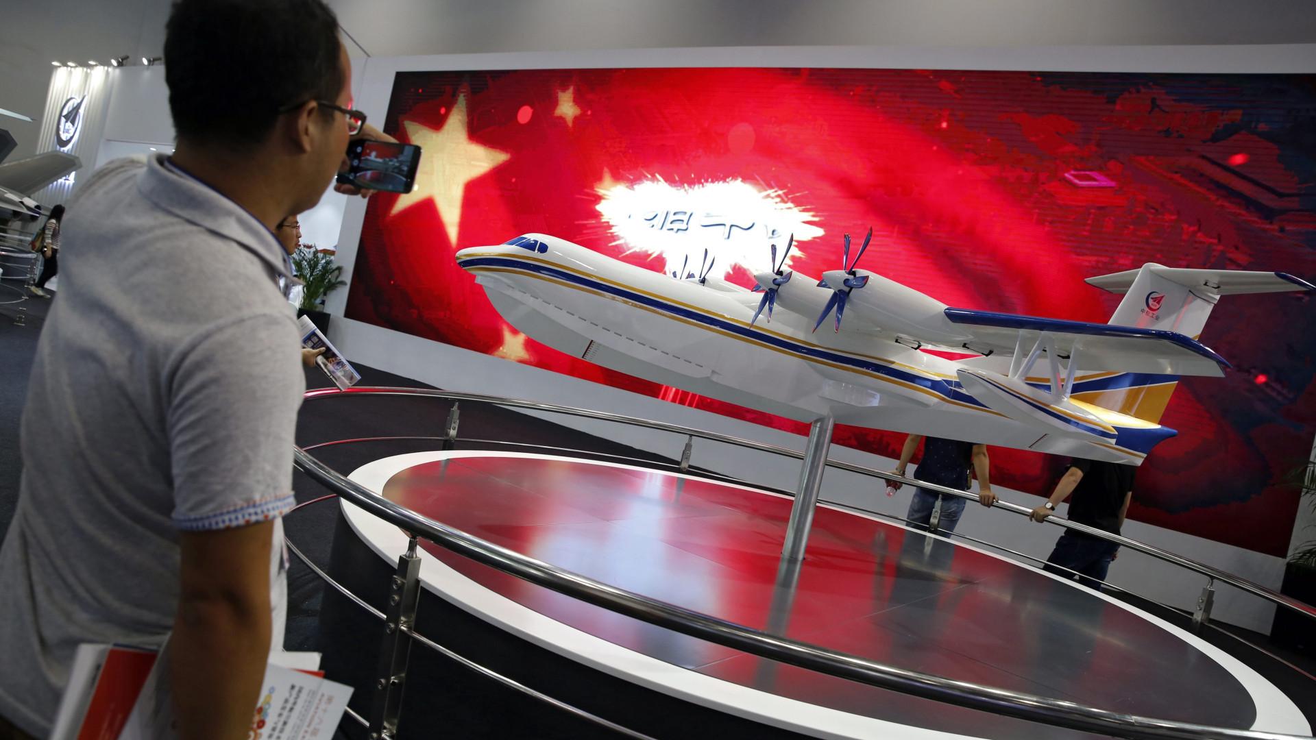 Maior avião anfíbio do mundo realiza voo inaugural na China