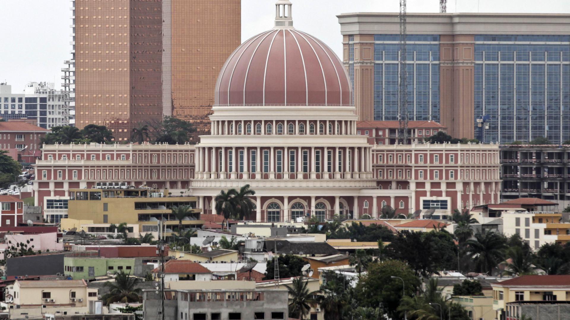 Salário mínimo de 100 euros regressa hoje à discussão em Angola