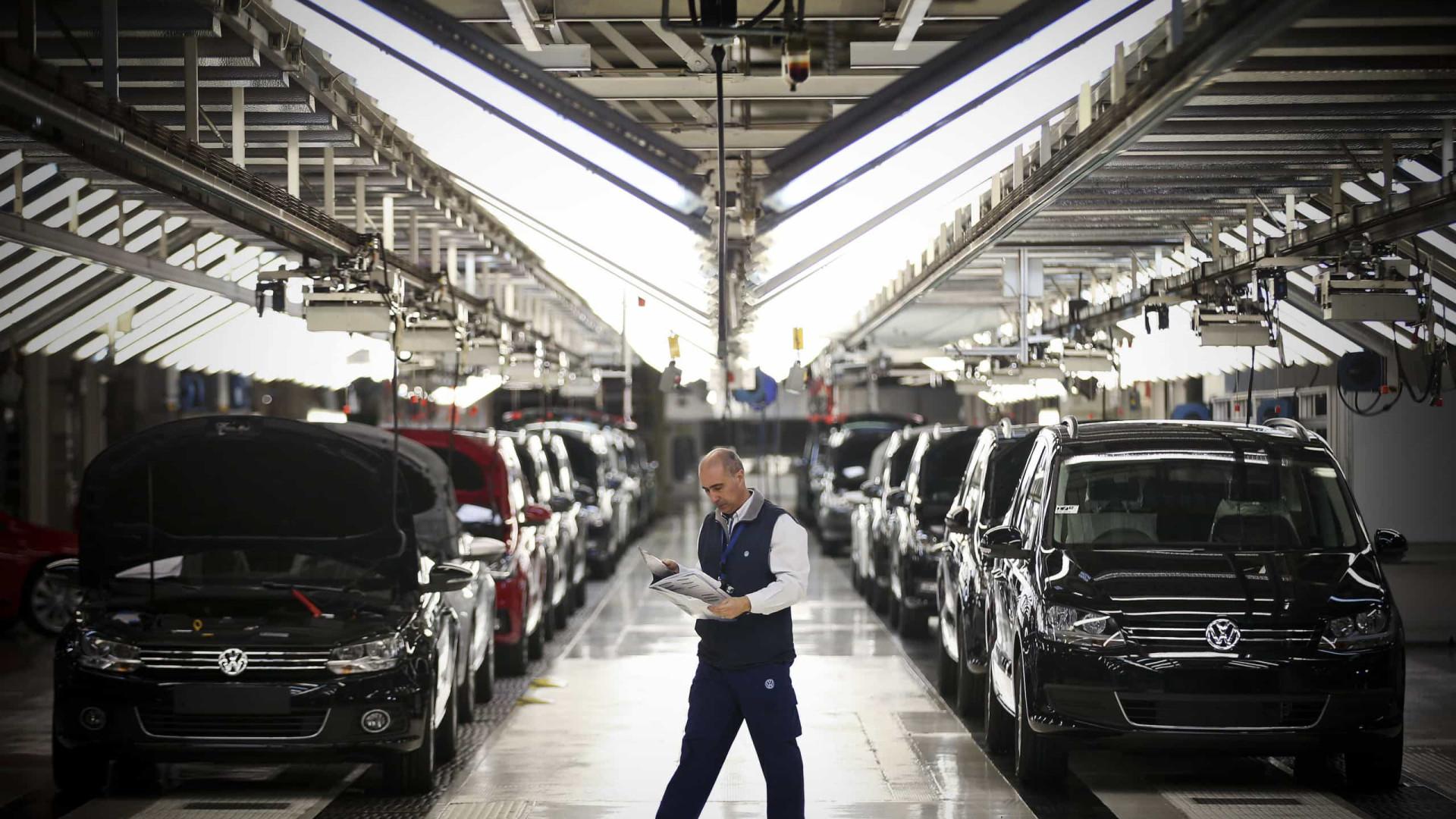 Trabalhadores da Autoeuropa entregam abaixo-assinado contra horários propostos pela gestão