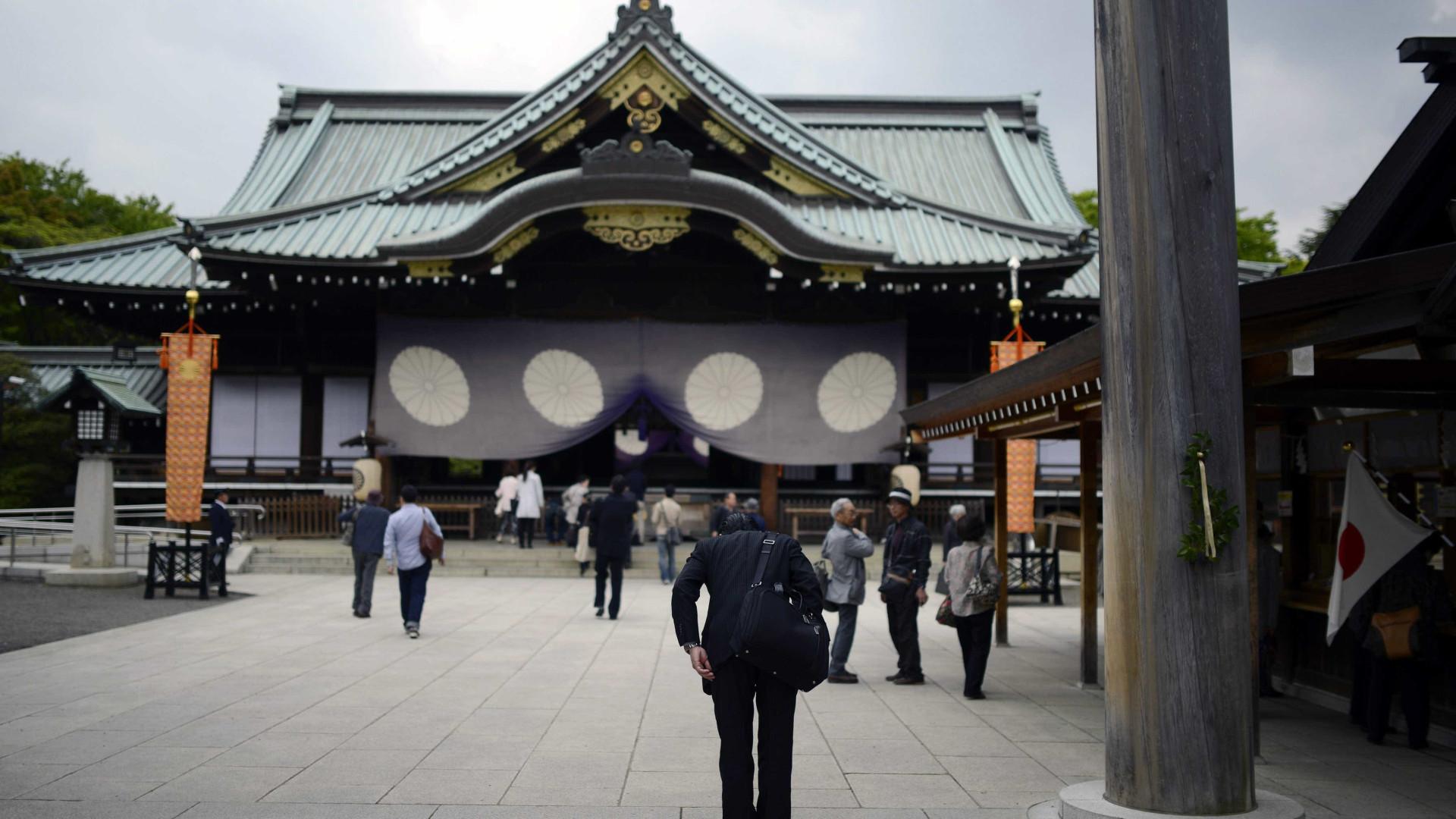 Dezenas de deputados japoneses visitam controverso santuário Yasukuni