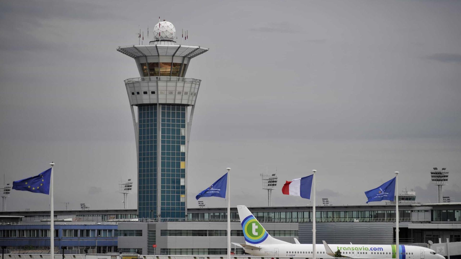Mais de 200 voos cancelados devido a novo nevão em Paris