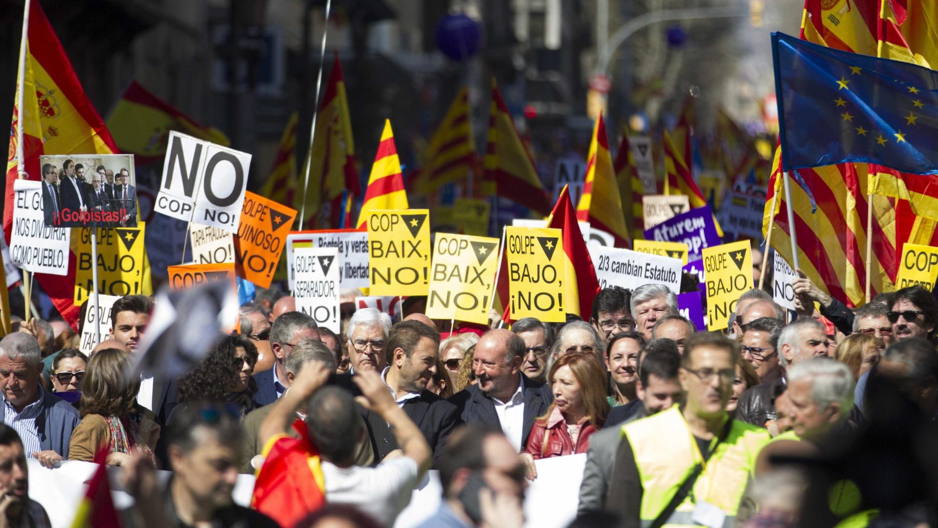 """Marcha na Catalunha contra """"golpe separatista"""" com milhares de pessoas"""