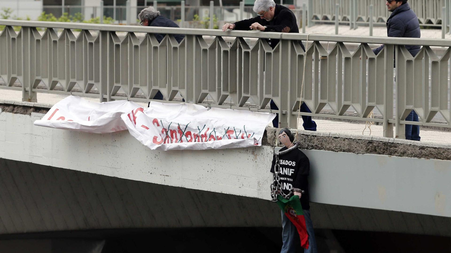Lesados do Banif protestam acorrentados contra tratamento desigual