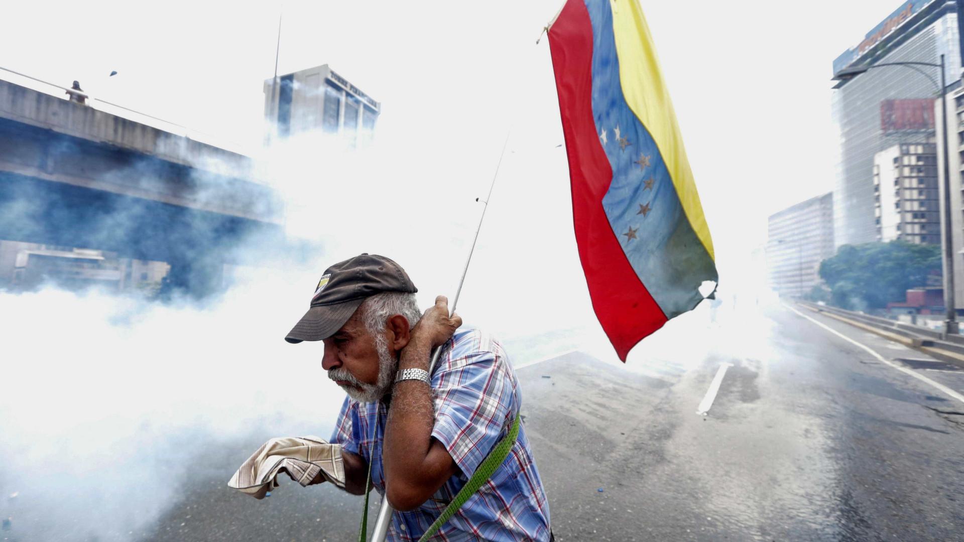 Polícia usa gás lacrimogénio para dispersar opositores de Maduro