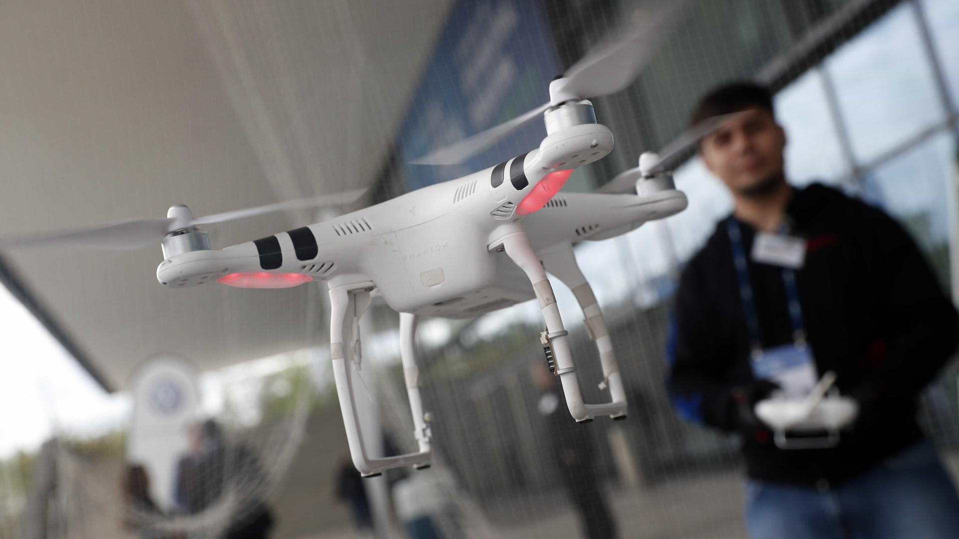 Drone voa ao lado de Boeing antes de o avião aterrar em Lisboa