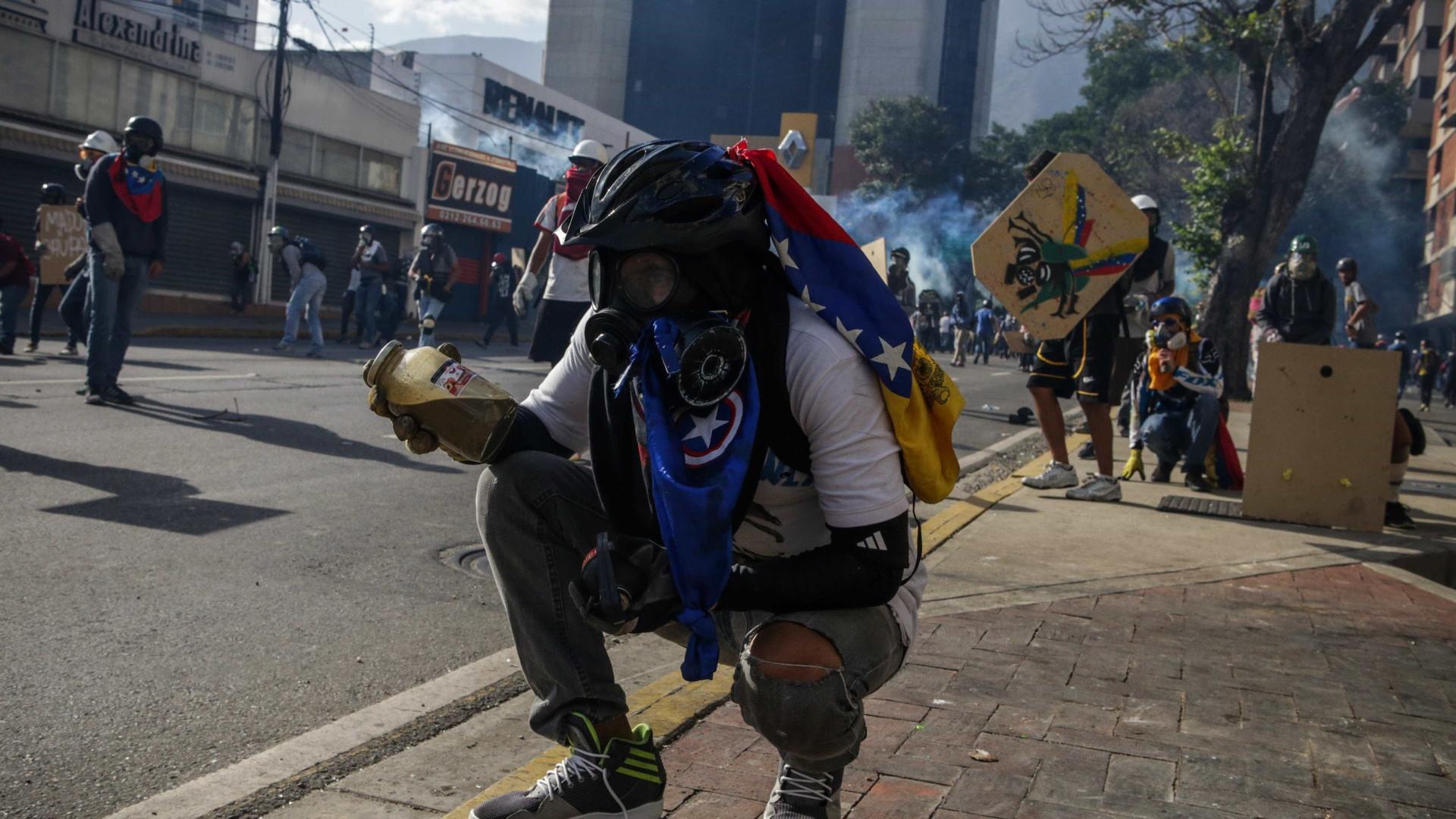 Pelo menos três portugueses detidos por protestos contra Maduro
