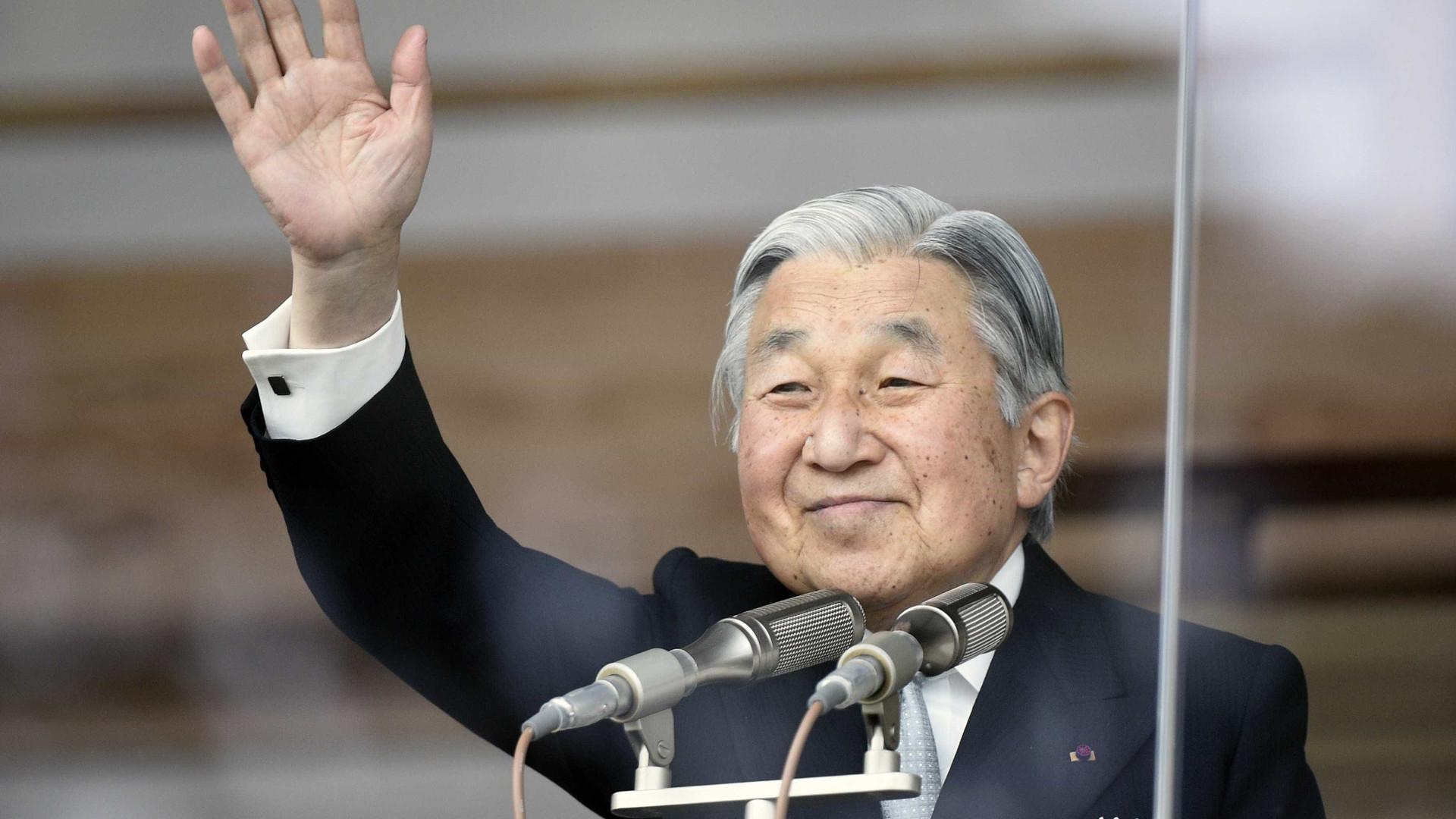 Parlamento japonês aprova lei que abre caminho à abdicação do imperador