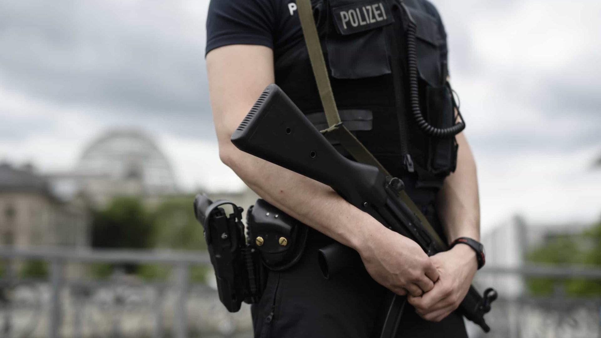 Polícia alemã interceta camião com 51 imigrantes ilegais em autoestrada