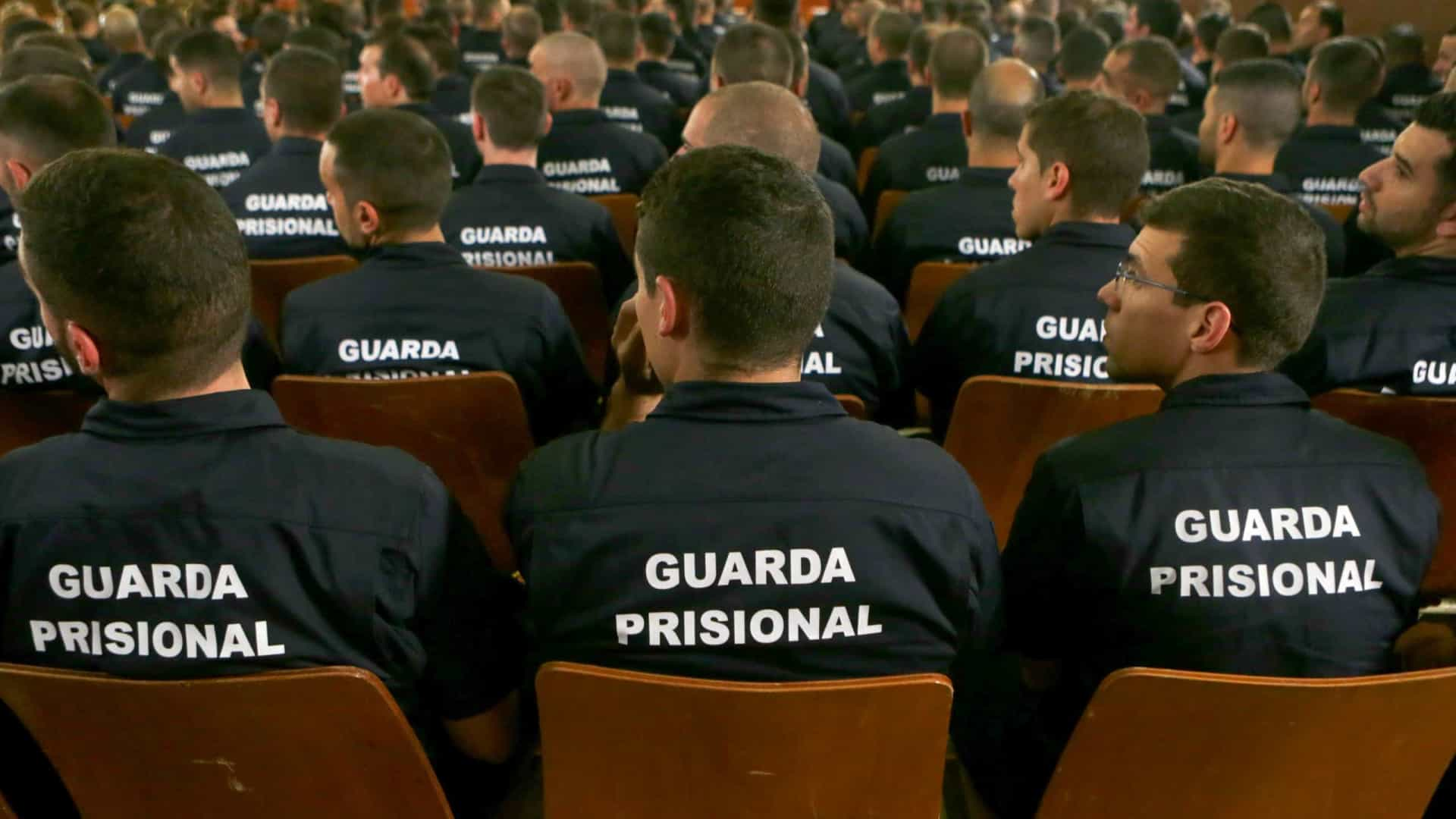 Cerca de 400 guardas prisionais tomam posse numa cerimónia com protestos