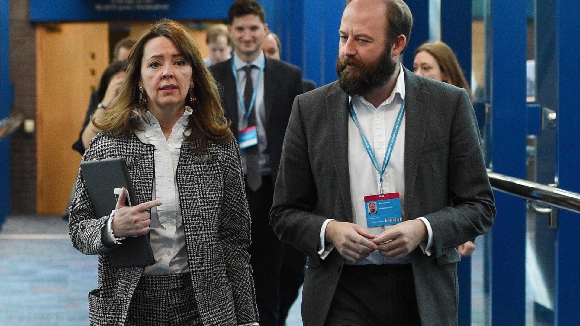 Chefe de gabinete e conselheira de Theresa May pedem demissão