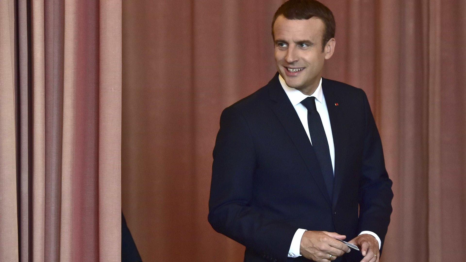 Maioria esmagadora para Macron, abstenção recorde ultrapassa 56%