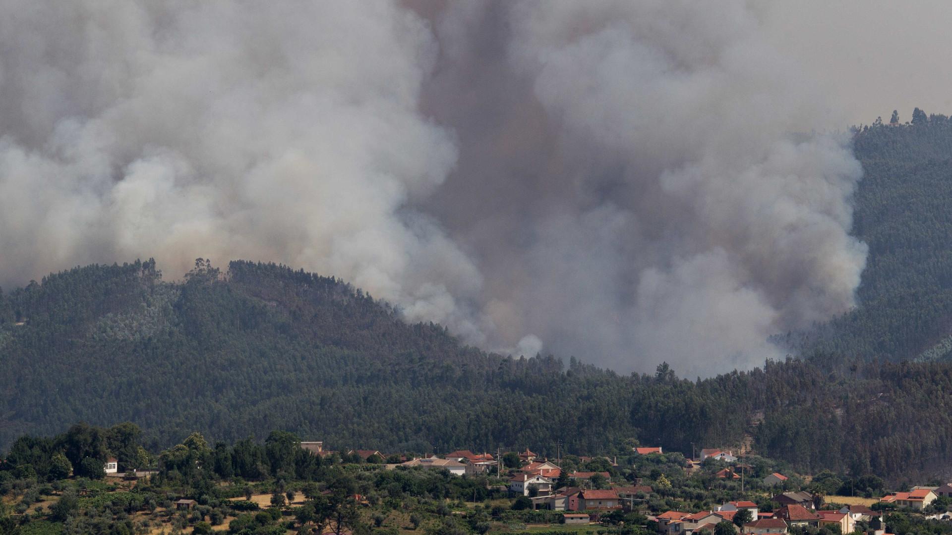 Altas temperaturas, trovoadas e extensão estão a potenciar fogo
