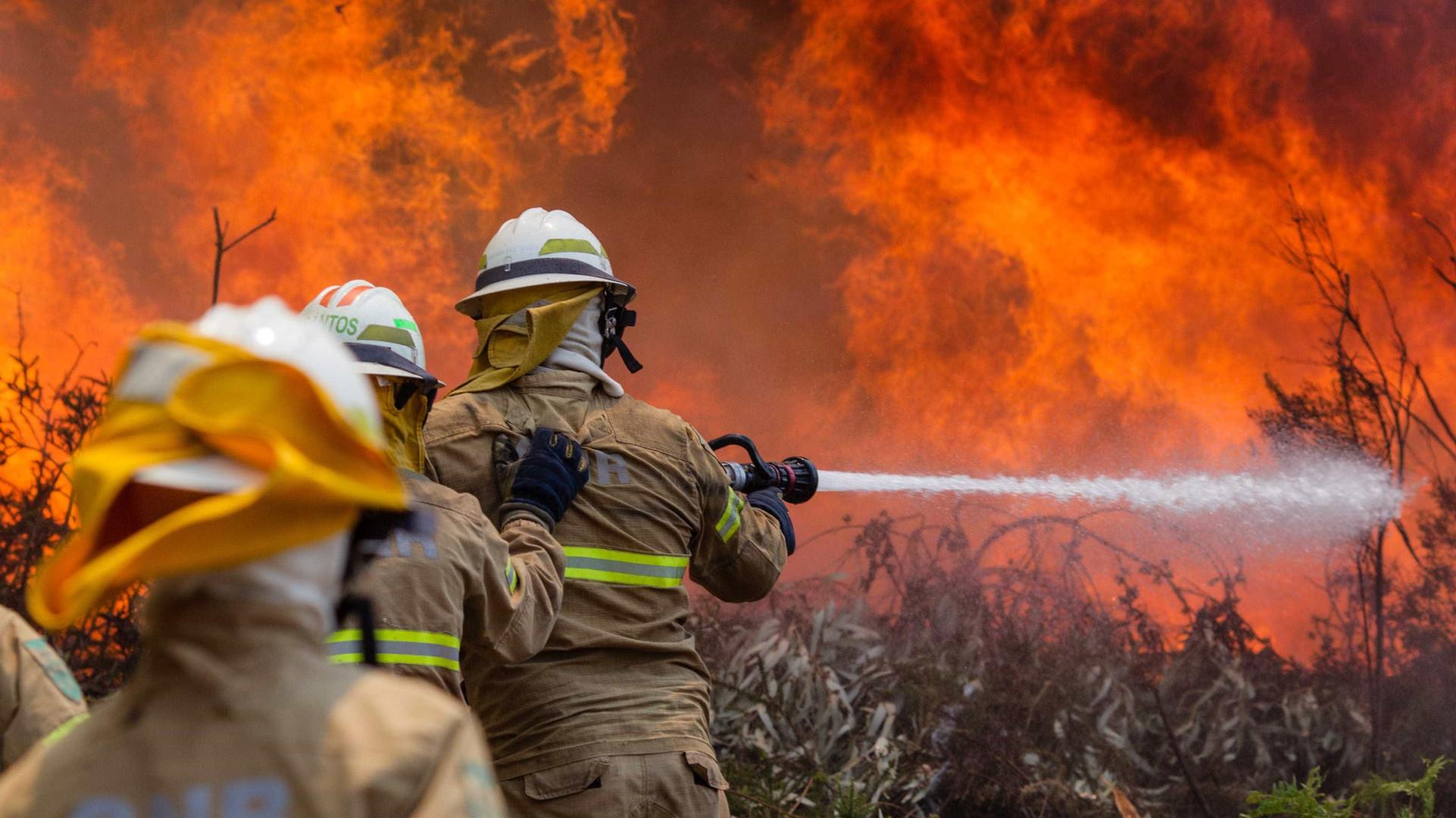 Filha não consegue convencer pai a deixar casa ameaçada pelo fogo