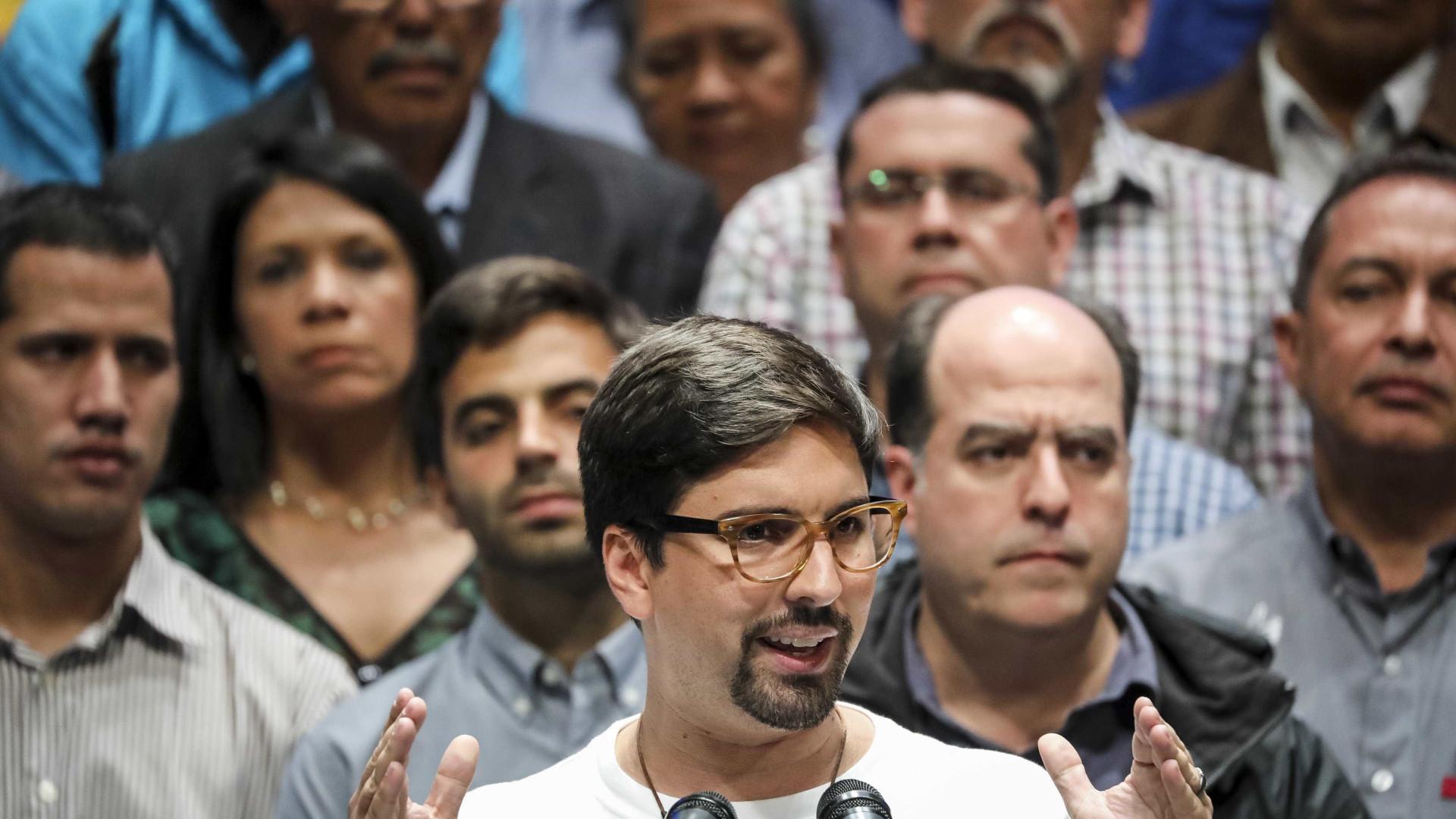 Oposição venezuelana anuncia governo de união e greve geral
