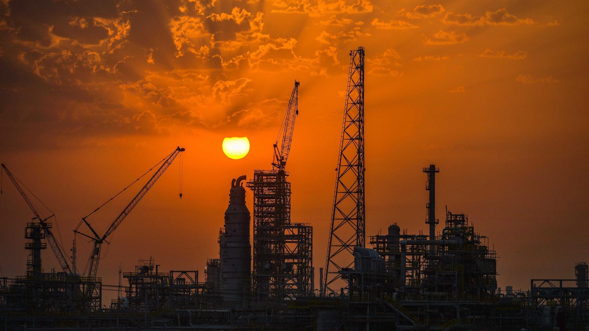 Koweit tenta conter derrame de petróleo na sua costa sul