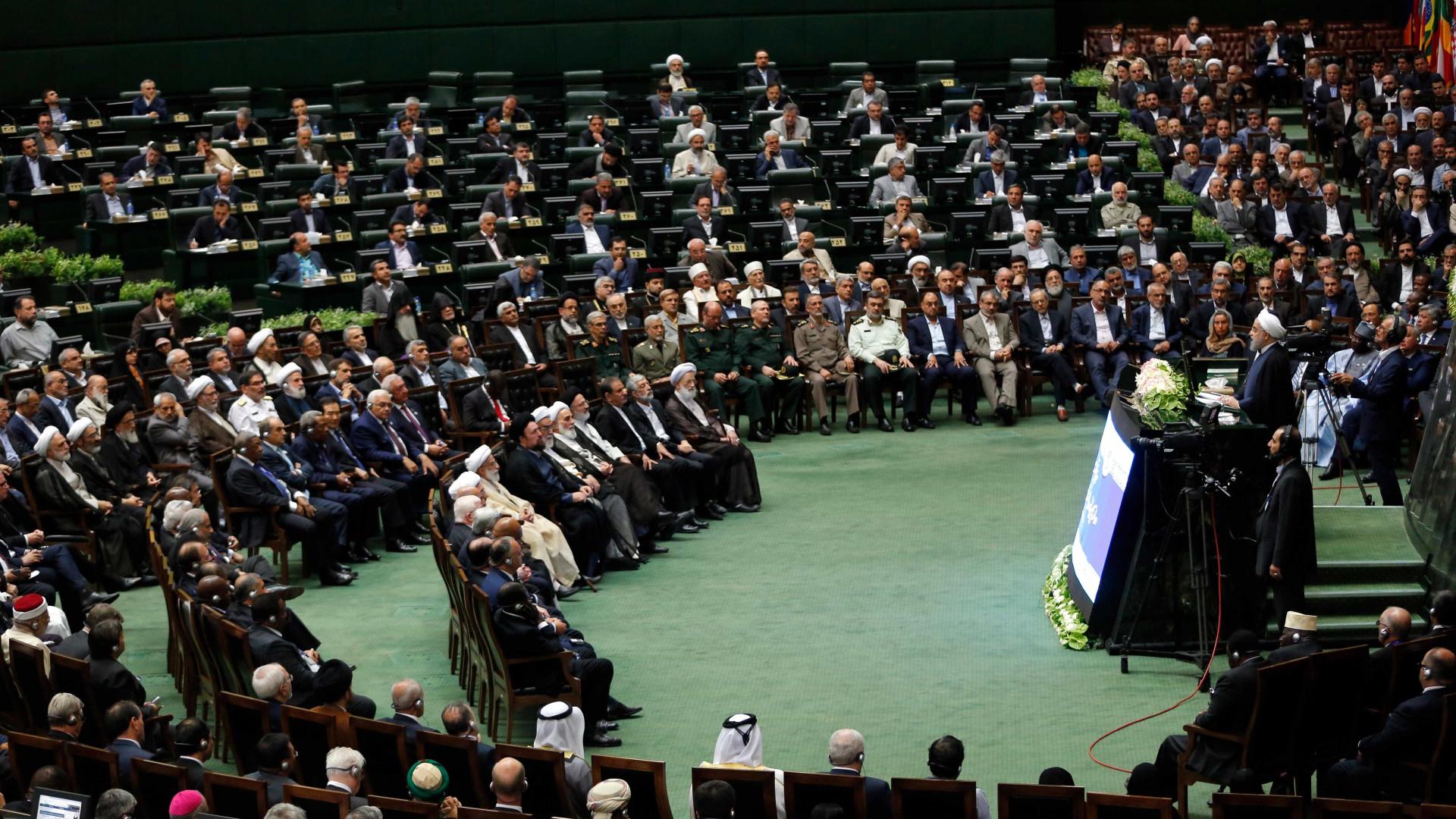 Irão: Parlamento aprova limitação da pena de morte por tráfico de droga